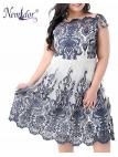 čipkové tmavomodro-biele šaty pre plnoštíhle ženy