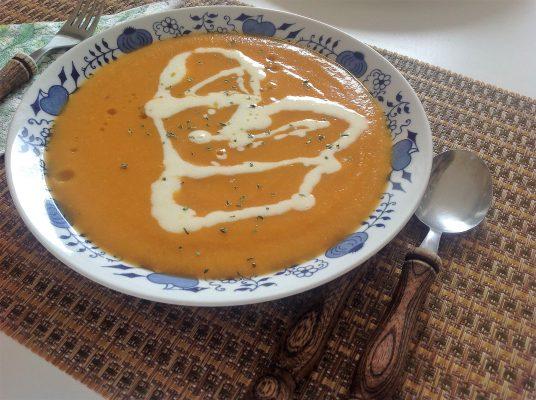 mrkvová polievka ozdobená bryndzou